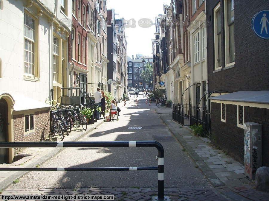 Korsjespoortsteeg, Singelgebied red light district Amsterdam (De Rosse Buurt). Copyright: George 2011